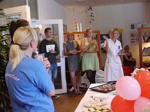 Rikke Degn fortæller om de nye initiativer på afdelingen, inden hun giver ordet til Maja Møller i grøn kjole (tv).